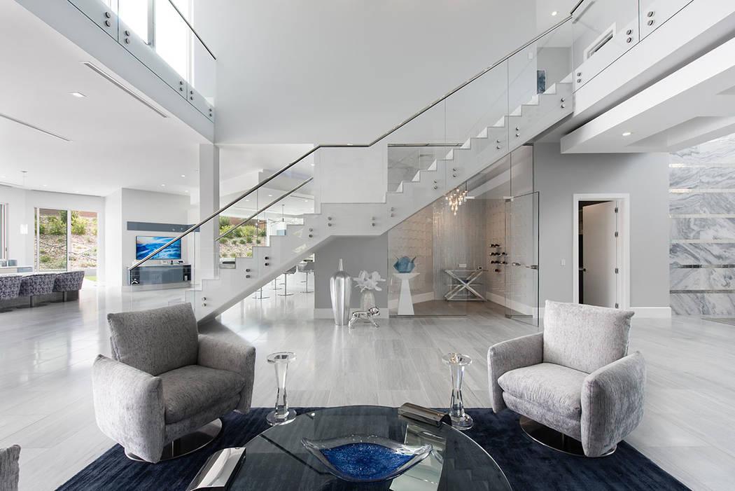 La casa de 12 mil 25 pies cuadrados tiene una paleta de colores continua de blanco, gris y azul. (Steve Morgan)