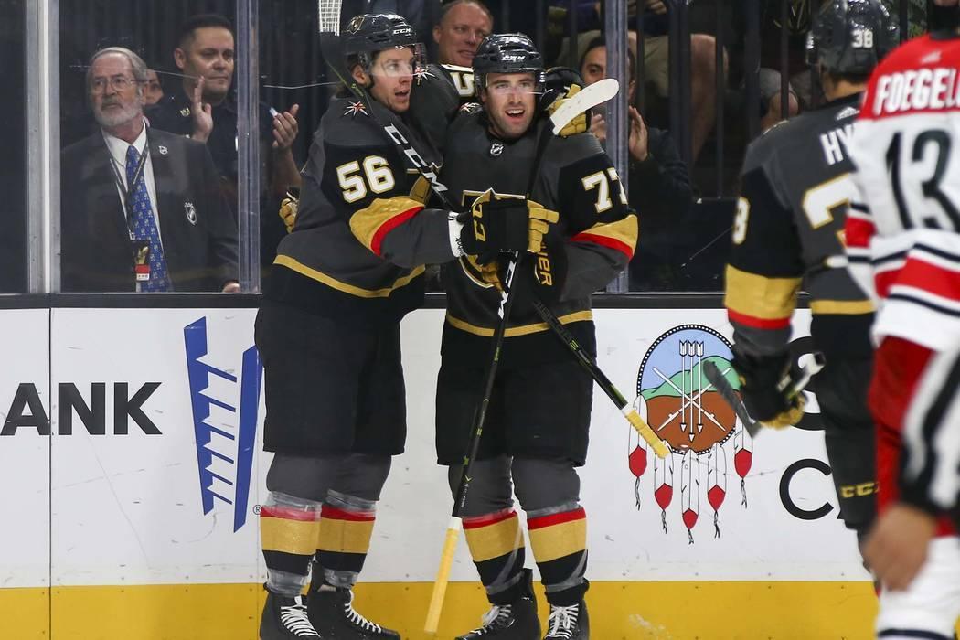 El defensa Brad Hunt (77) de los Golden Knights celebra su gol contra los Carolina Hurricanes con su compañero Erik Haula (56), durante el primer período de un juego de hockey de la NHL en T-Mob ...