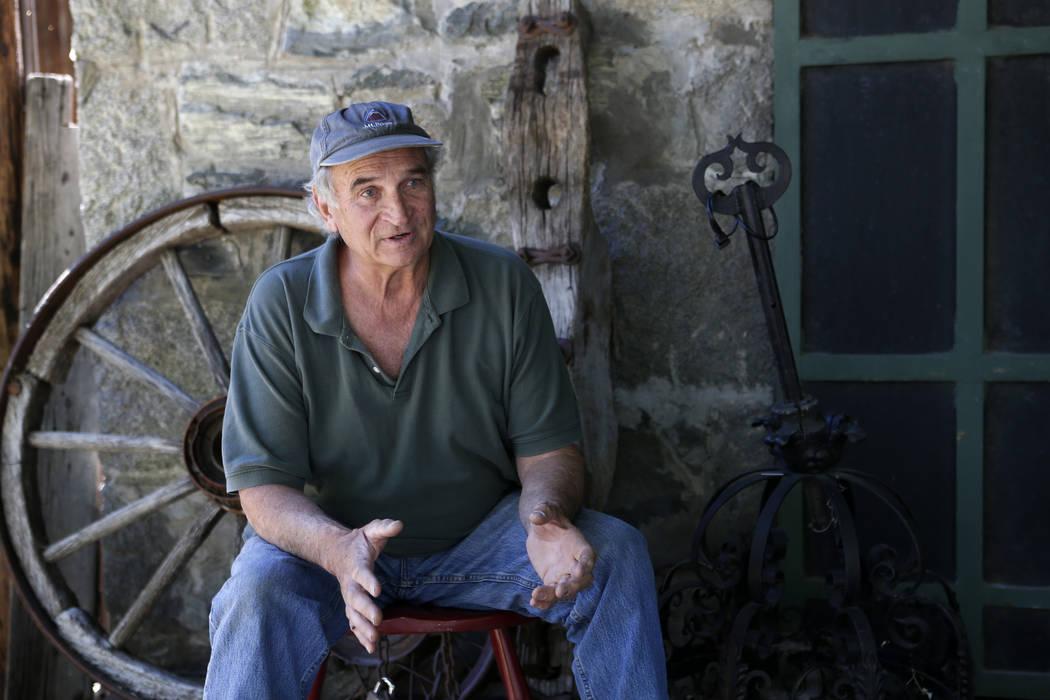 Ron Bommarito se sienta en el porche delantero de su tienda del Museo y Archivos de Génova, en Génova, Nevada, el jueves 28 de junio de 2018. Cathleen Allison / Las Vegas Review-Journal