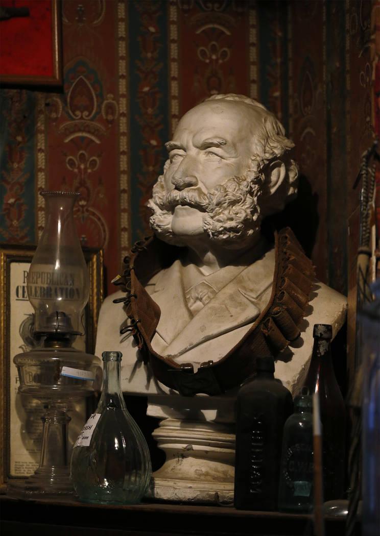 Ron Bommarito ha pasado toda su vida viajando por el estado recolectando piezas de la historia de Nevada para su Museo y Archivos de Génova, en Génova, Nevada, incluido este busto del minero de ...