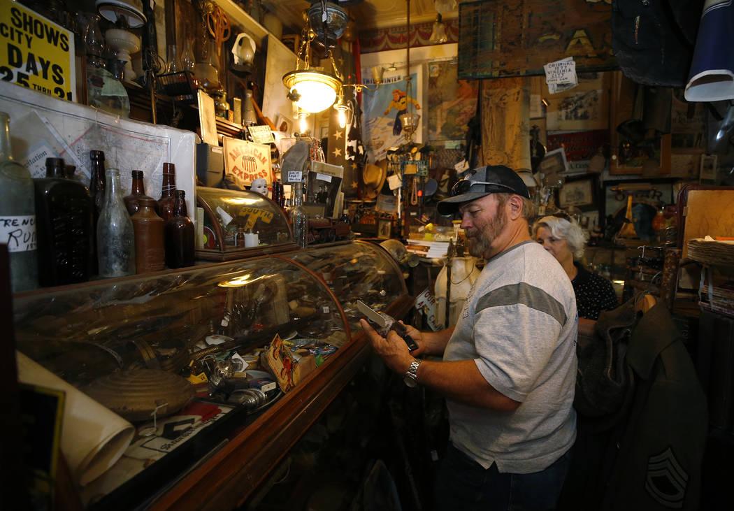 Ralph Price, de Virginia, compra en el Museo y Archivos de Génova de Ron Bommarito, en Génova, Nevada, el jueves 28 de junio de 2018. Cathleen Allison / Las Vegas Review-Journal