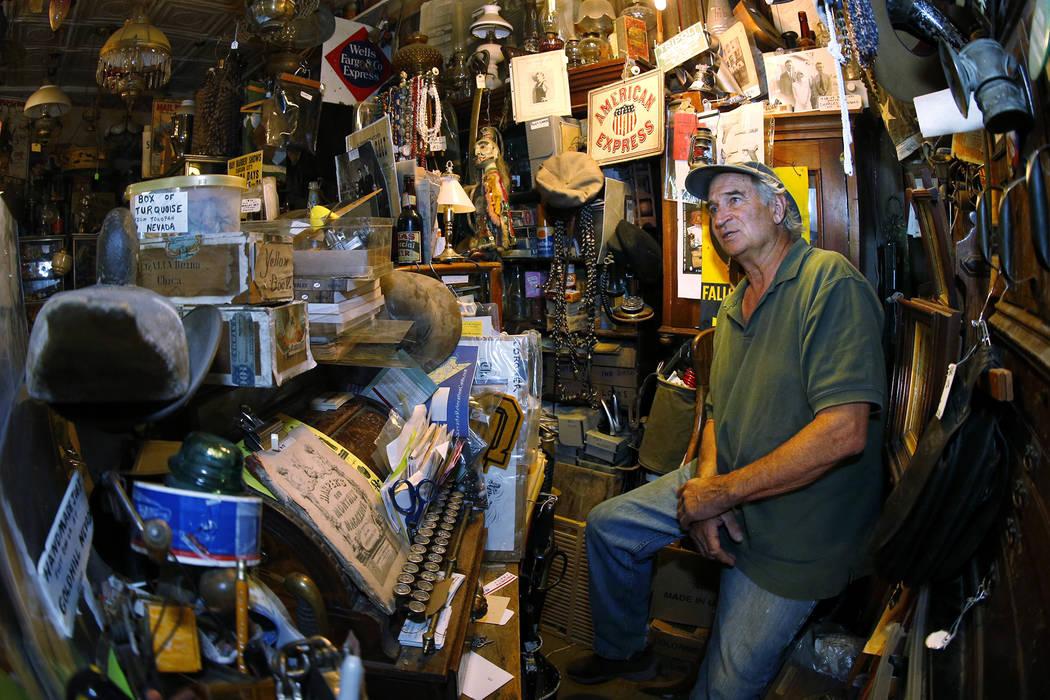 Ron Bommarito habla con los clientes detrás del mostrador de su Museo y Archivos de Génova, en Génova, Nevada, el jueves 28 de junio de 2018. Cathleen Allison / Las Vegas Review-Journal