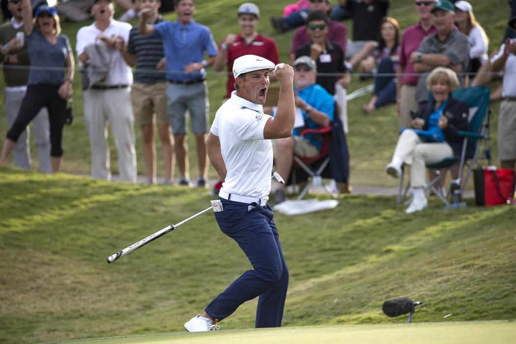 El golfista estadounidense Bryson DeChambeau celebra el águila en el green número 16 durante la ronda final del Shriners Hospitals for Children Open en TPC en Summerlin en Las Vegas el domingo 4 ...