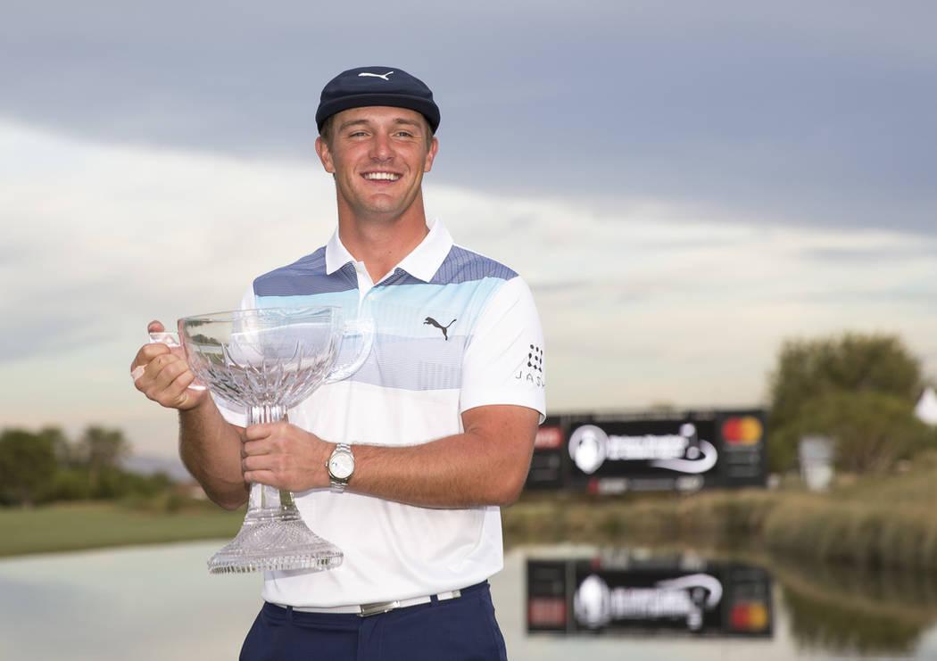 El golfista estadounidense Bryson DeChambeau posa con el trofeo después de ganar el Shriners Hospitals for Children Open en TPC en Summerlin en Las Vegas el domingo 4 de noviembre de 2018. Richar ...