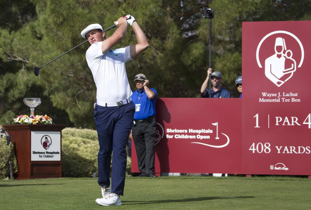 El golfista estadounidense Bryson DeChambeau se despide del primer cuadro durante la ronda final del Shriners Hospitals for Children Open en TPC en Summerlin en Las Vegas el domingo 4 de noviembre ...