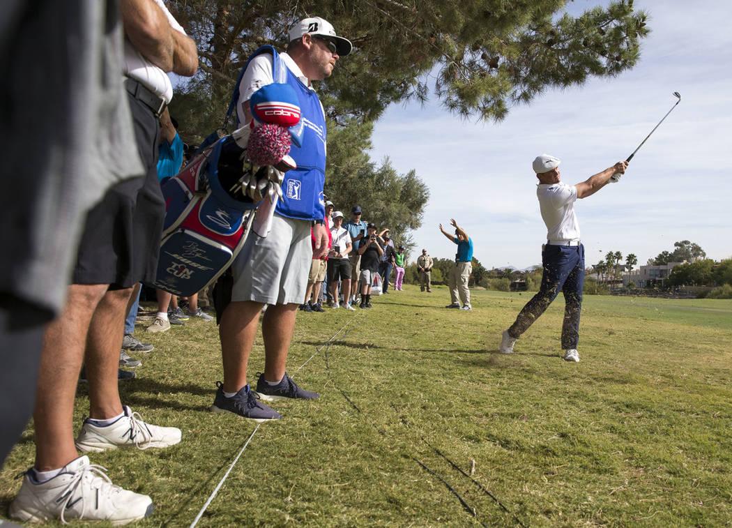 El golfista estadounidense Bryson DeChambeau golpea desde el fairway en el tercer hoyo durante la ronda final del Shriners Hospitals for Children Open en TPC en Summerlin en Las Vegas el domingo 4 ...