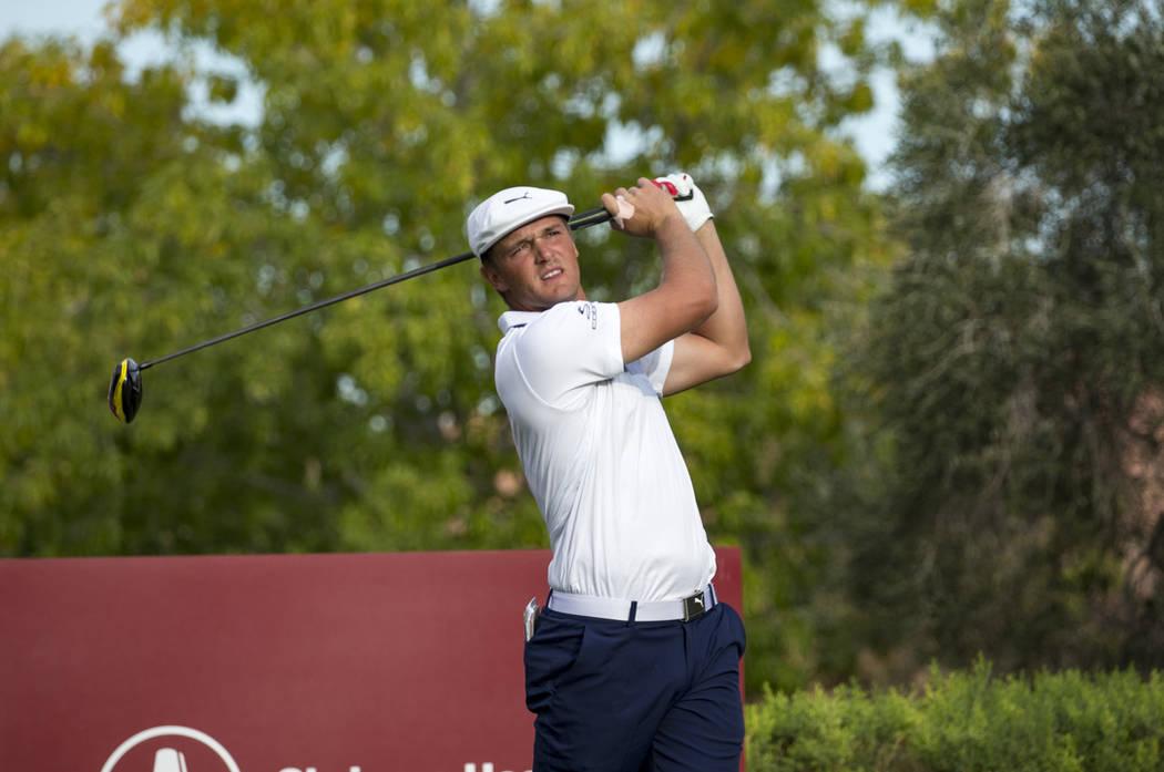 El golfista estadounidense Bryson DeChambeau se despide del cuadro 16 durante la ronda final del Shriners Hospitals for Children Open en TPC en Summerlin en Las Vegas el domingo 4 de noviembre de ...