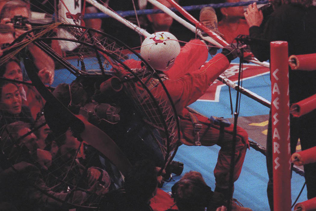 """James """"Fan Man"""" Miller se estrella cerca del ring con su parapente motorizado durante la séptima ronda de la pelea por el campeonato de peso pesado de Riddick Bowe-Evander Holyfield el 6 de novie ..."""