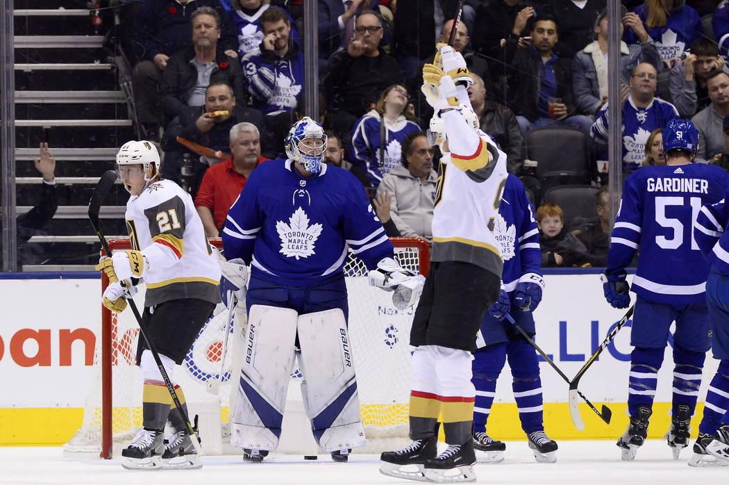 El centro Cody Eakin (21) de los Golden Knights de Las Vegas, celebra su gol contra el portero Frederik Andersen de los Toronto Maple Leafs durante el segundo período de un juego de hockey de la ...