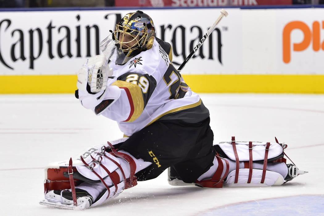 Marc-André Fleury (29), portero de los Golden Knights de Las Vegas, ataja un disparo de los Toronto Maple Leafs durante el segundo período de un juego de hockey de la NHL el martes 6 de noviembr ...
