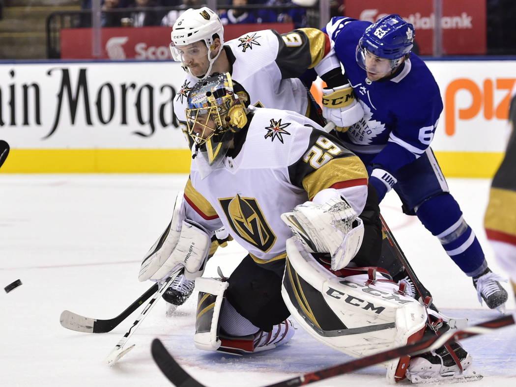 El portero de los Golden Knights de Las Vegas, Marc-André Fleury (29) y el defensa Colin Miller (6) y el alero izquierda de los Toronto Maple Leafs, Tyler Ennis (63), ven el puck durante el segun ...