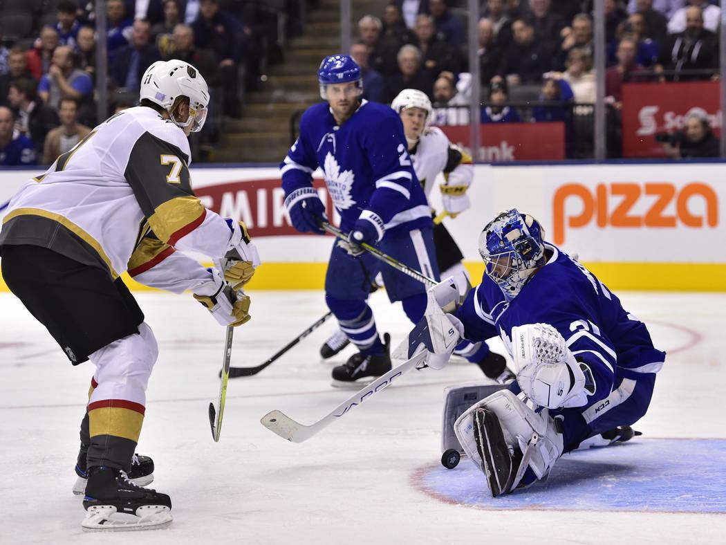 El portero Frederik Andersen (31) de los Toronto Maple Leafs detiene el centro William Karlsson (71) de los Vegas Golden Knights durante el tercer período de un juego de hockey de la NHL el marte ...