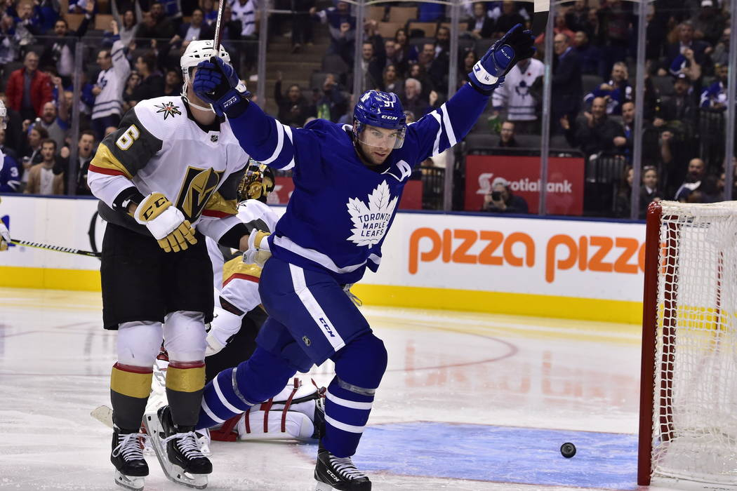 El centro de los Toronto Maple Leafs, John Tavares (91), reacciona después de recoger una asistencia en el gol de Mitchell Marner contra el portero de los Golden Knights de Las Vegas, Marc-André ...