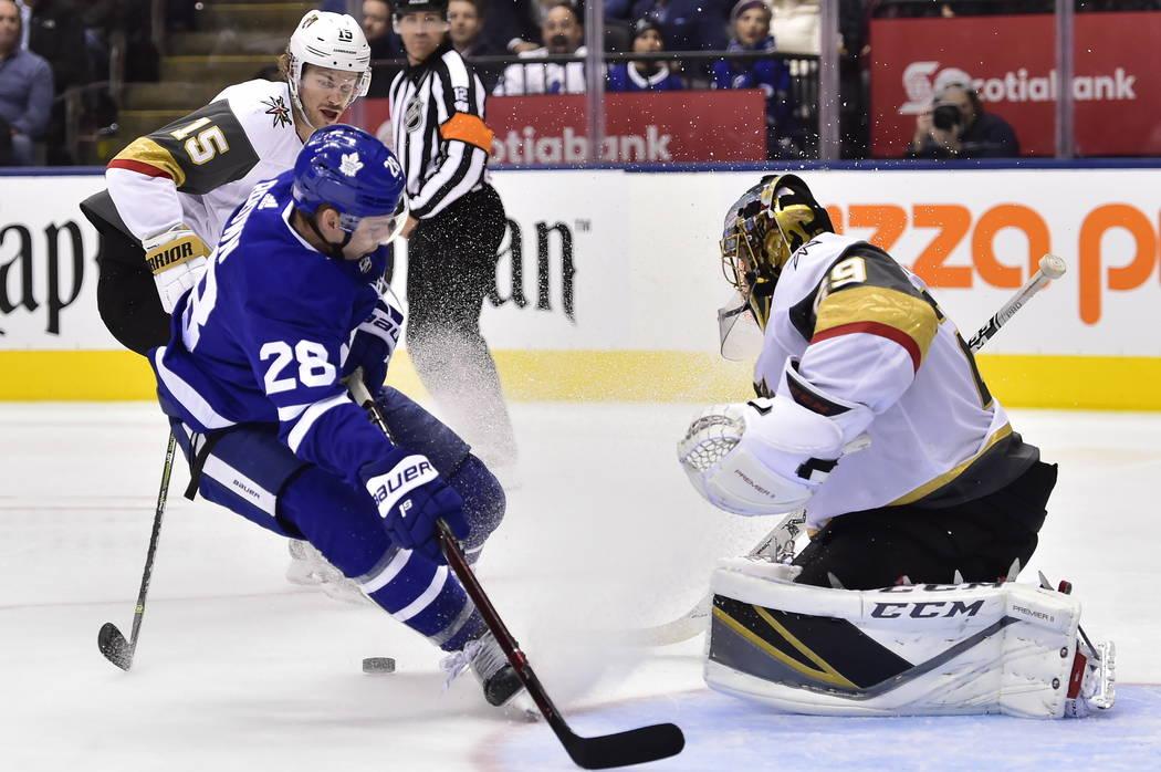 Marc-André Fleury (29), portero de los Golden Knights de Las Vegas, detiene al alero derecho de los Toronto Maple Leafs, Connor Brown (28), en una escapada durante el segundo período de un juego ...