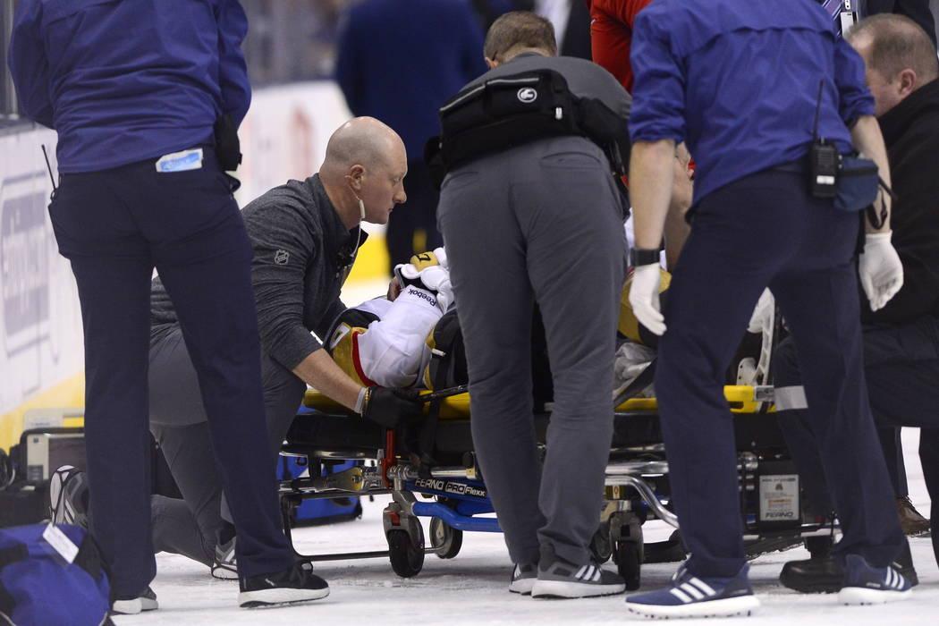 El centro de los Golden Knights de Las Vegas, Erik Haula (56), se retira del hielo en una camilla después de recibir un golpe en las tablas durante el tercer período de un partido de hockey de l ...