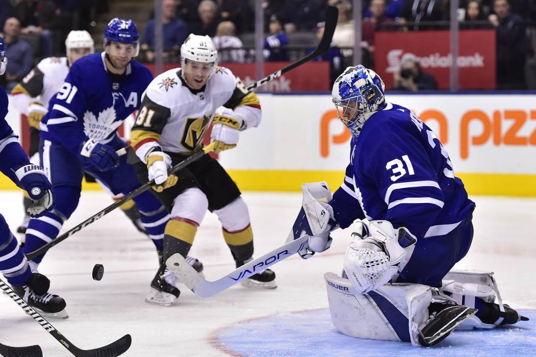 El portero Frederik Andersen (31) de Toronto Maple Leafs mira el disco cuando el centro de los Golden Knights de Las Vegas, Jonathan Marchessault (81) busca un rebote durante el tercer período de ...