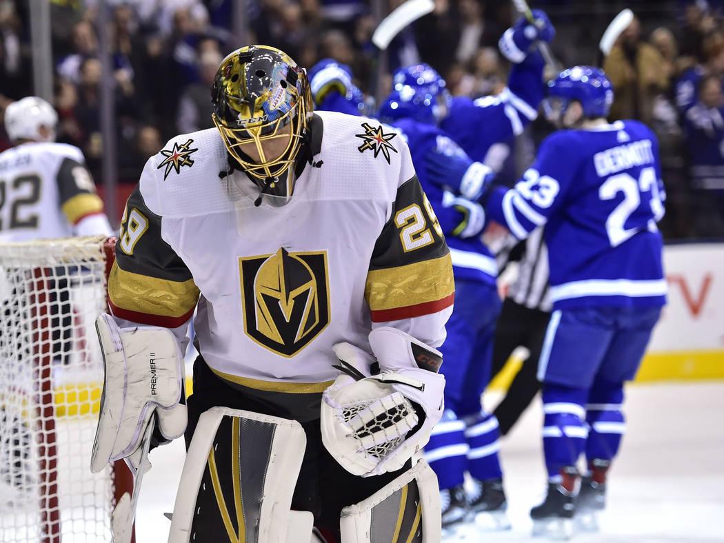Marc-André Fleury (29), portero de los Golden Knights de Vegas, reacciona después de tirar un gol a los Toronto Maple Leafs durante el primer período de un juego de hockey de la NHL el martes 6 ...