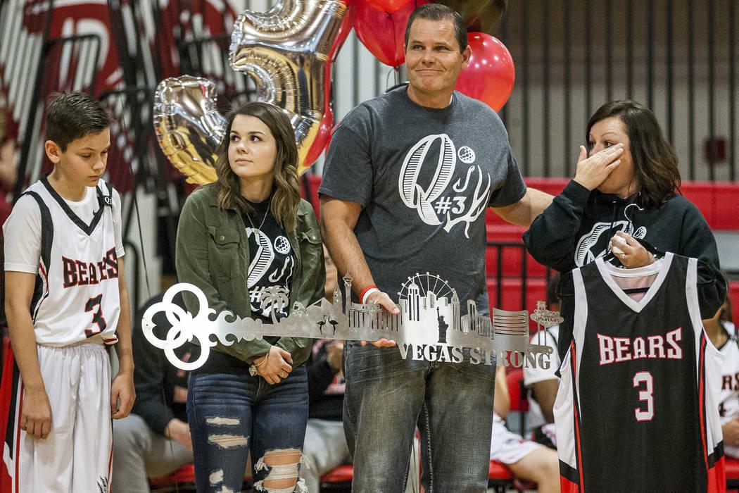 La familia Robbins, desde la izquierda, Quade, Skylar, Joe y Tracey, reciben una llave y un jersey No.3 durante una ceremonia para recordar a Quinton Robbins, víctima del tiroteo del 1 de octubre ...