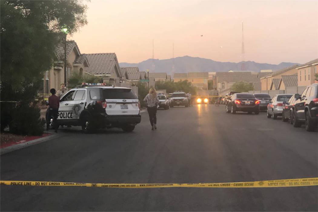 La policía investiga la escena de un tiroteo en la cuadra 2600 de Spider Cactus Court en Las Vegas el 25 de octubre de 2018. (Katelyn Newberg / Las Vegas Review-Journal)