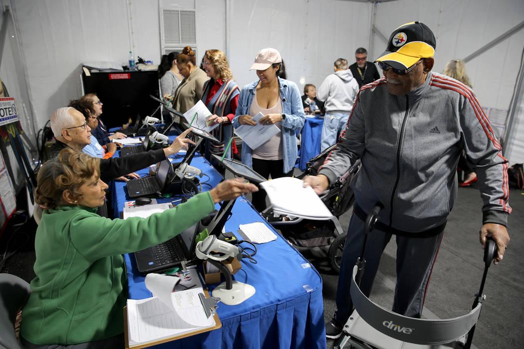 Raymond Dukes de Las Vegas se prepara para votar en el centro de votación en Downtown Summerlin en Las Vegas el martes 6 de noviembre de 2018. (K.M. Cannon / Las Vegas Review-Journal) @KMCannonPhoto