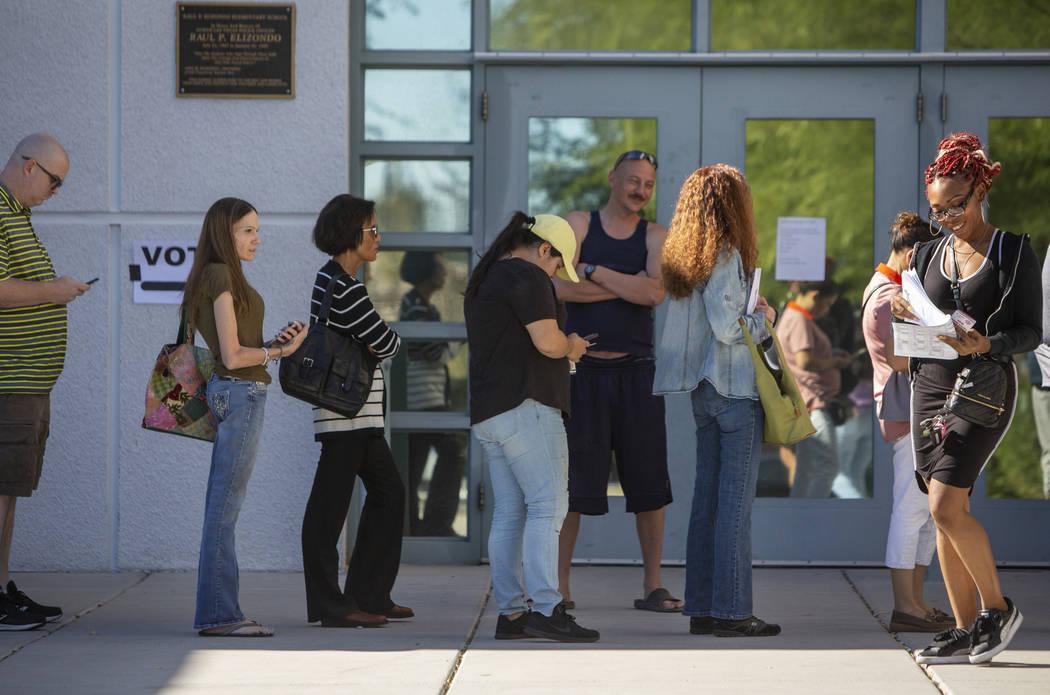 Los votantes hacen cola para votar en una mesa electoral en la Escuela Primaria Raul Elizondo en North Las Vegas, el martes 6 de noviembre de 2018. (Caroline Brehman / Las Vegas Review-Journal)