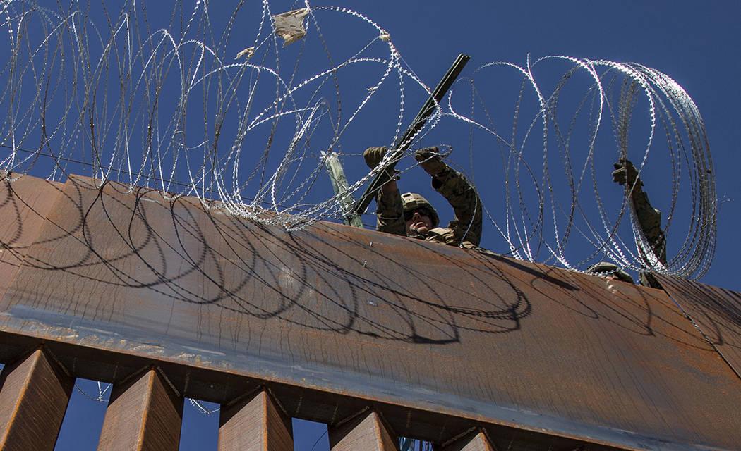 ARCHIVO. Tijuana, 14 Nov 2018 (Notimex-Eduardo Jaramillo).- Personal de la Oficina de Aduanas de Protección Frontera de Estados Unidos colocó alambre de púas en la parte superior del muro front ...