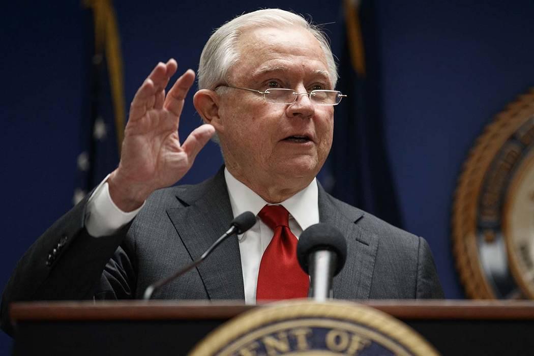 El fiscal general Jeff Sessions habla durante una conferencia de prensa en la Oficina del Fiscal Federal para el Distrito de Columbia en Washington, el lunes 15 de octubre de 2018, para anunciar s ...