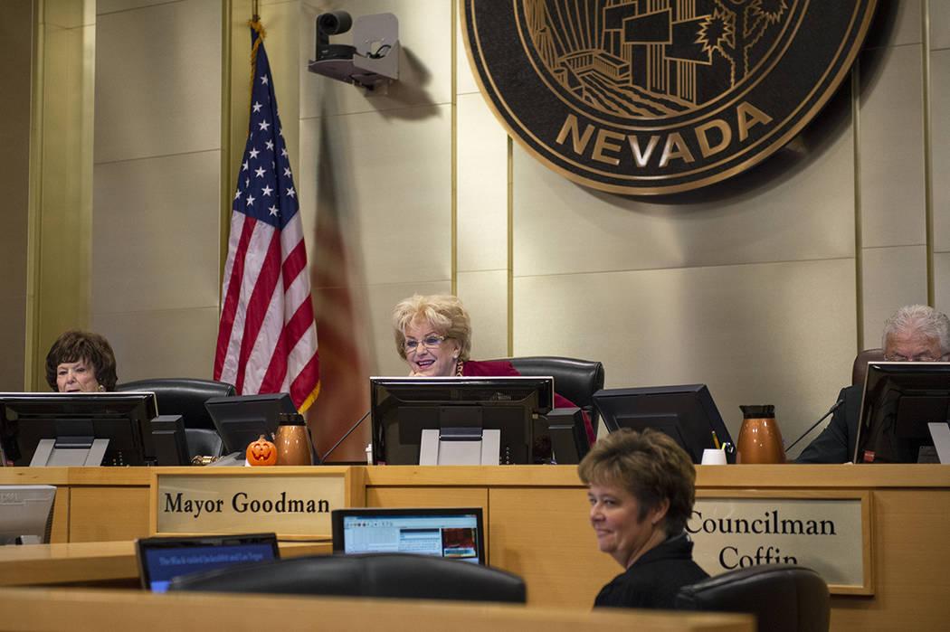 Los miembros del Consejo Municipal de Las Vegas escuchan a la clase de quinto grado de la Escuela Primaria Garehime hacer una presentación en el ayuntamiento de Las Vegas, el miércoles 17 de oct ...