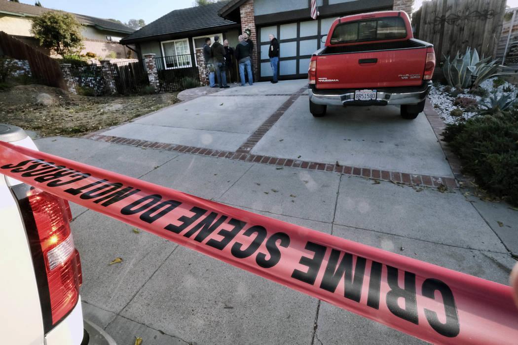 Los oficiales del Sheriff del Condado de Ventura se encuentran afuera de la casa del sospechoso de tiroteo David Ian Long en Newbury Park, California, el jueves 8 de noviembre de 2018. Las autorid ...
