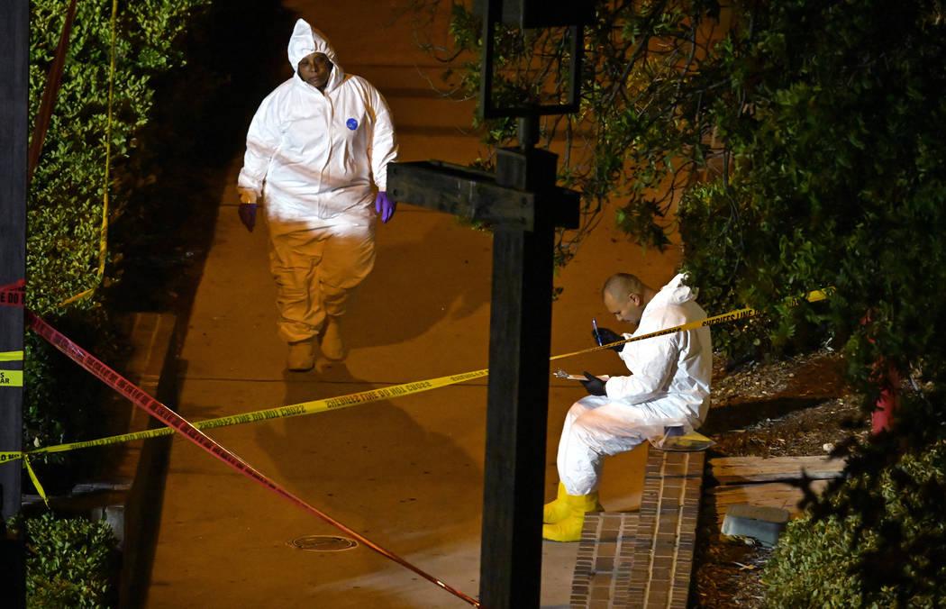 Un equipo forense trabaja la escena el jueves 8 de noviembre de 2018, en Thousand Oaks, California, donde un hombre armado abrió fuego el miércoles en un bar de baile country lleno de cientos de ...