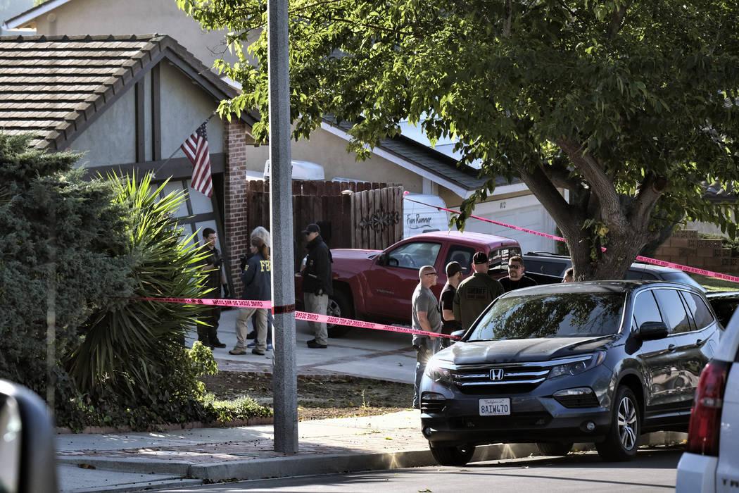 Los oficiales del Sheriff del Condado de Ventura y los investigadores del FBI se ubican afuera de la casa del sospechoso de tiro David Ian Long en Newbury Park, California, el jueves 8 de noviembr ...