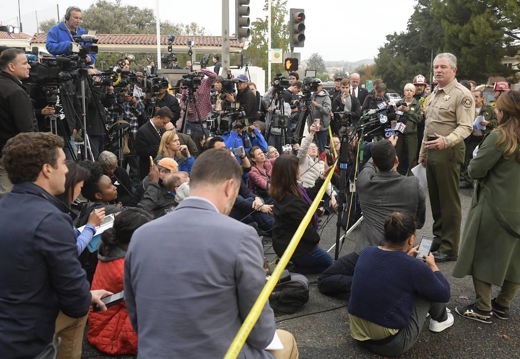 El Sheriff del condado de Ventura, Geoff Dean, habla con reporteros cerca de la escena en Thousand Oaks, California, el jueves 8 de noviembre de 2018, donde un hombre armado abrió fuego la noche ...