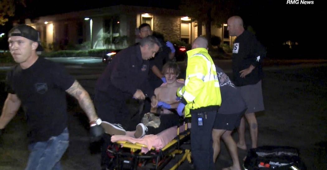 En esta imagen tomada del video, una víctima es tratada cerca de la escena de un tiroteo, la noche del miércoles 7 de noviembre de 2018, en Thousand Oaks, California. Un pistolero encapuchado, v ...