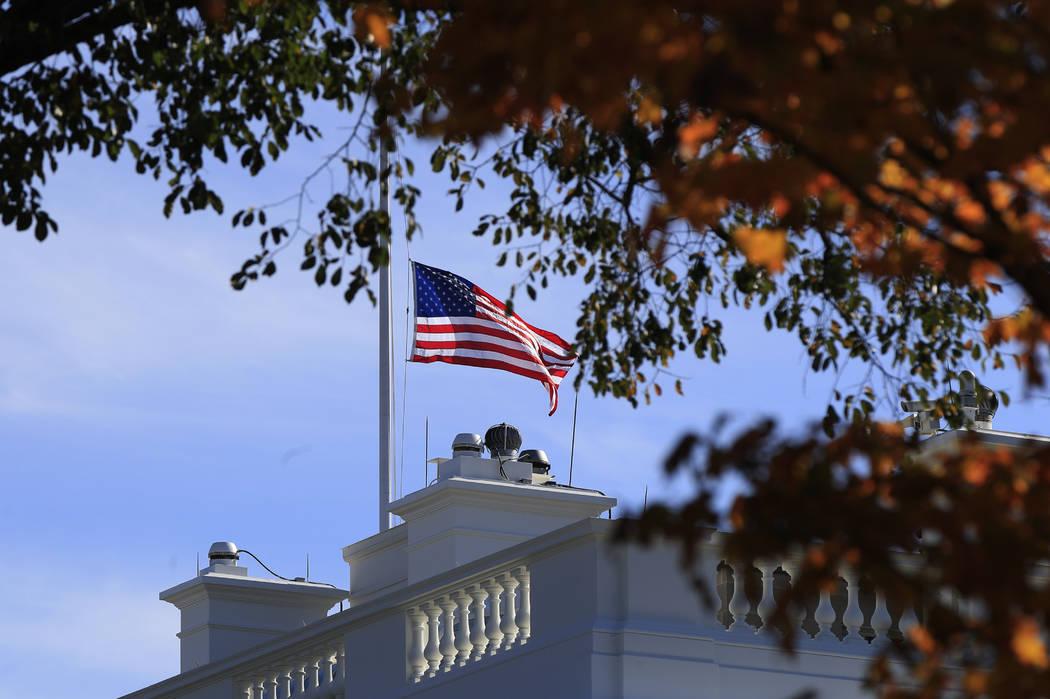 La bandera estadounidense se baja a la mitad del asta de la Casa Blanca en Washington, el jueves 8 de noviembre de 2018, para honrar a las víctimas del tiroteo en un bar en Thousand Oaks, Califor ...