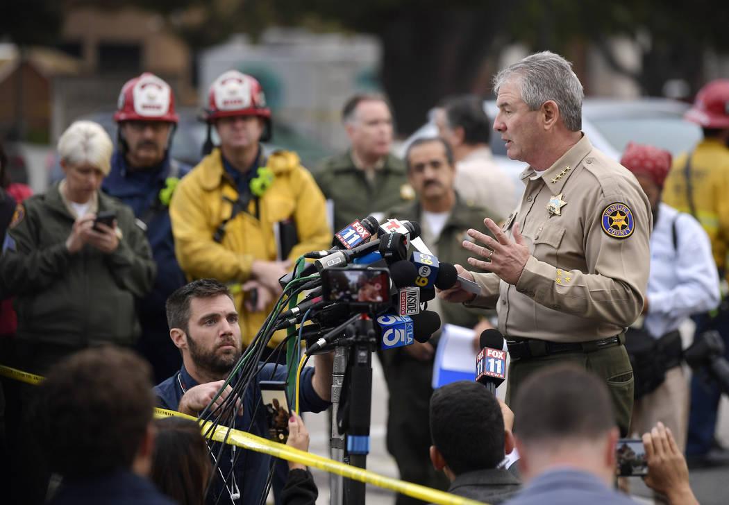 El alguacil del Condado de Ventura, Geoff Dean, habla con reporteros cerca de la escena en Thousand Oaks, California, el jueves 8 de noviembre de 2018, donde un hombre armado abrió fuego la noche ...
