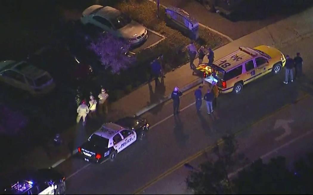 En esta imagen del video aéreo, los vehículos de la policía se alinean en una carretera en la escena de un tiroteo en Thousand Oaks, California, el jueves 8 de noviembre de 2018. en el bar del ...
