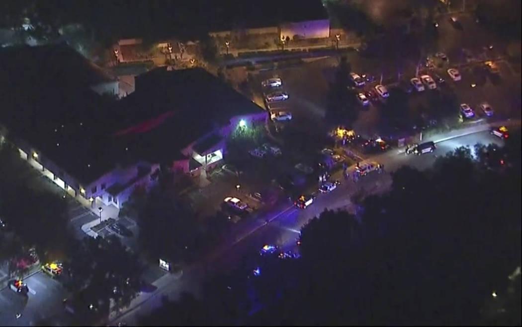 En esta imagen del video aéreo, los vehículos de policía se alinean en una carretera cerca de la escena de un tiroteo en Thousand Oaks, California, el jueves 8 de noviembre de 2018. Las autorid ...