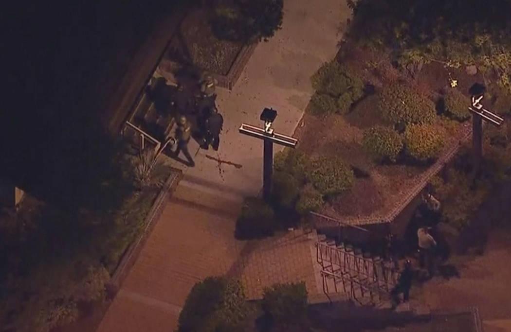 En esta imagen del video aéreo, la policía se acerca a una escena de un tiroteo en Thousand Oaks, California, el jueves, 8 de noviembre de 2018. Las autoridades afirman que hubo varios muertos, ...