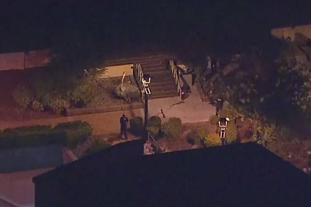 En esta imagen tomada desde un video aéreo, la policía se mueve por la escena de un tiroteo en Thousand Oaks, California, el jueves 8 de noviembre de 2018. (KABC a través de AP)