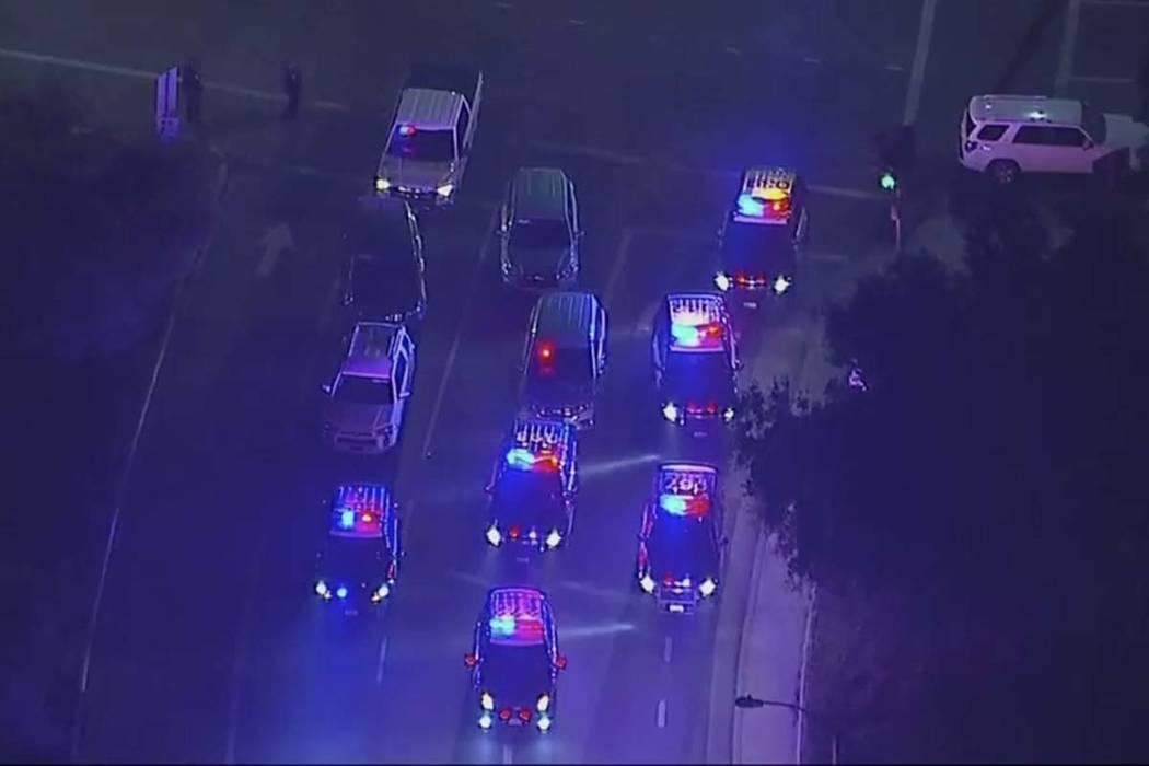 En esta imagen del video aéreo, los vehículos de la policía bloquean una intersección en las cercanías de un tiroteo en Thousand Oaks, California, el jueves 8 de noviembre de 2018. Las autori ...