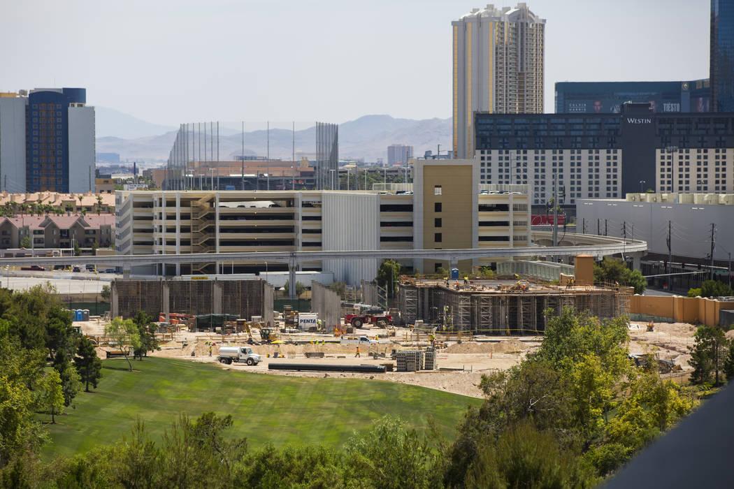 La construcción continúa como parte de la expansión del Paradise Park y del centro de convenciones en Wynn Las Vegas el miércoles 13 de junio de 2018. El centro de convenciones está programad ...