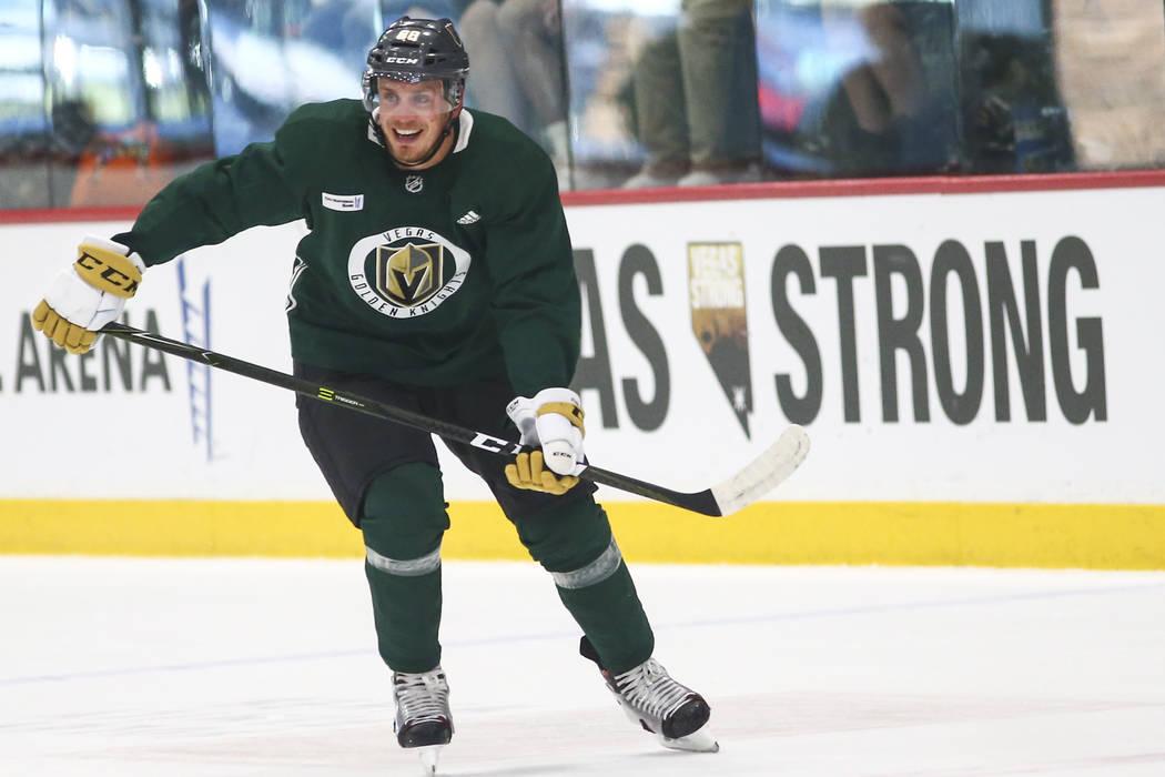 El defensa Nate Schmidt (88) de los Golden Knights patina durante la práctica en el City National Arena en Las Vegas el miércoles 19 de septiembre de 2018. Chase Stevens Las Vegas Review-Journal ...