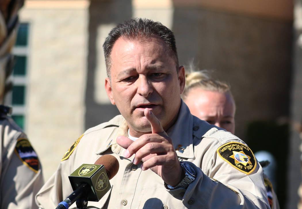 El capitán Laz Chavez, que supervisa el comando del área del centro de la policía metropolitana, habla durante una conferencia de prensa el miércoles 7 de noviembre de 2018, en Las Vegas. Chá ...
