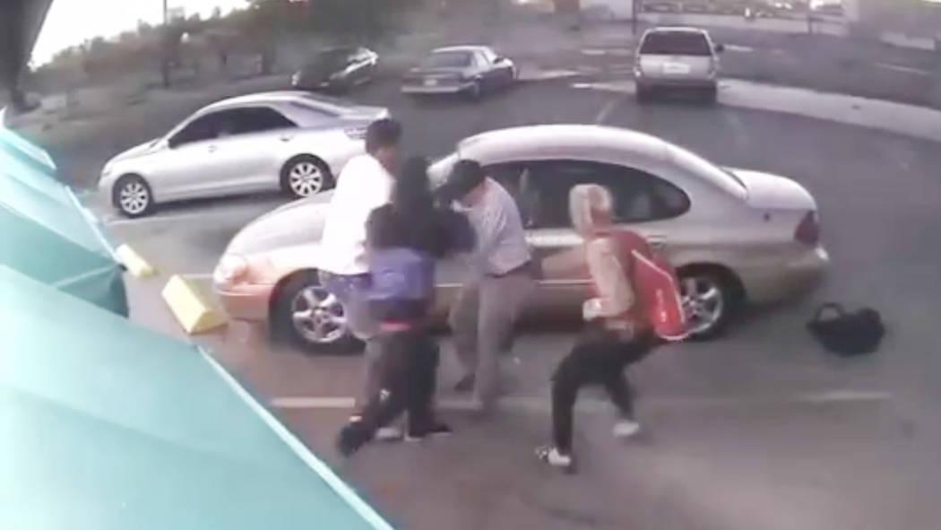 La policía de Las Vegas está buscando a 3 sospechosos que golpearon a un hombre de 78 años y tomaron su vehículo la noche del martes cerca del Centro de Las Vegas. (LVMPD)