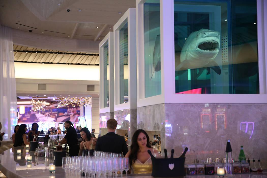 Damien Hirst se ve una pieza artística de tiburones desconocidos, explorados, explicados y explotados en el renovado hotel-casino Palms en Las Vegas, jueves 17 de mayo de 2018. Erik Verduzco Las ...