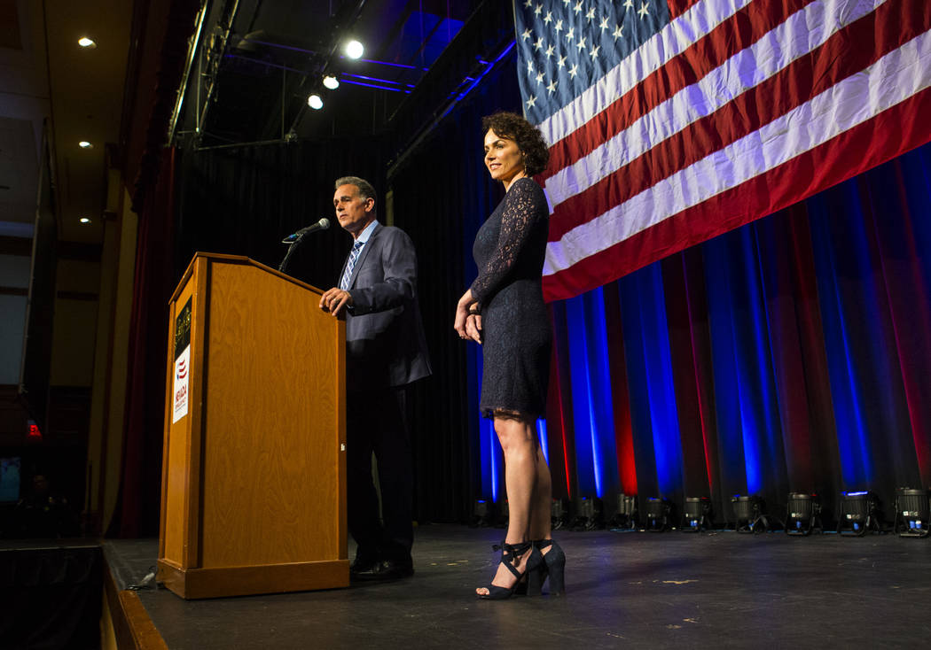 Amy Tarkanian observa cómo su esposo Danny Tarkanian, candidato republicano para el 3er Distrito del Congreso, habla después de concederle el puesto a la candidata demócrata Susie Lee durante l ...