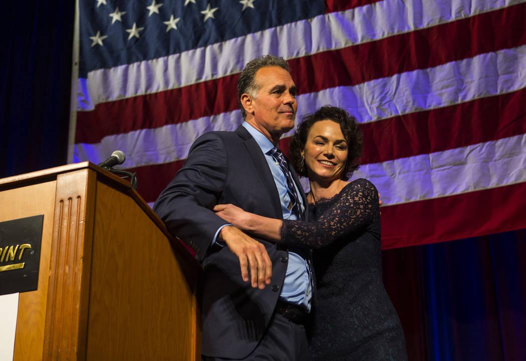 Amy Tarkanian consuela a su esposo Danny Tarkanian, candidato republicano para el 3er Distrito del Congreso, luego de que le concedió el puesto a la candidata demócrata Susie Lee durante la fies ...