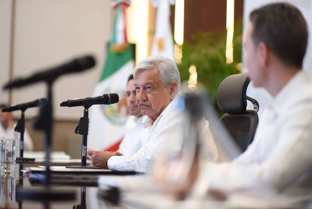 ARCHIVO. Mérida, 12 Nov 2018 (Notimex- Prensa AMLO).- El presidente electo, Andrés Manuel López Obrador, encabezó una reunión con los gobernadores de Chiapas, Manuel Velasco Coello; de Campe ...