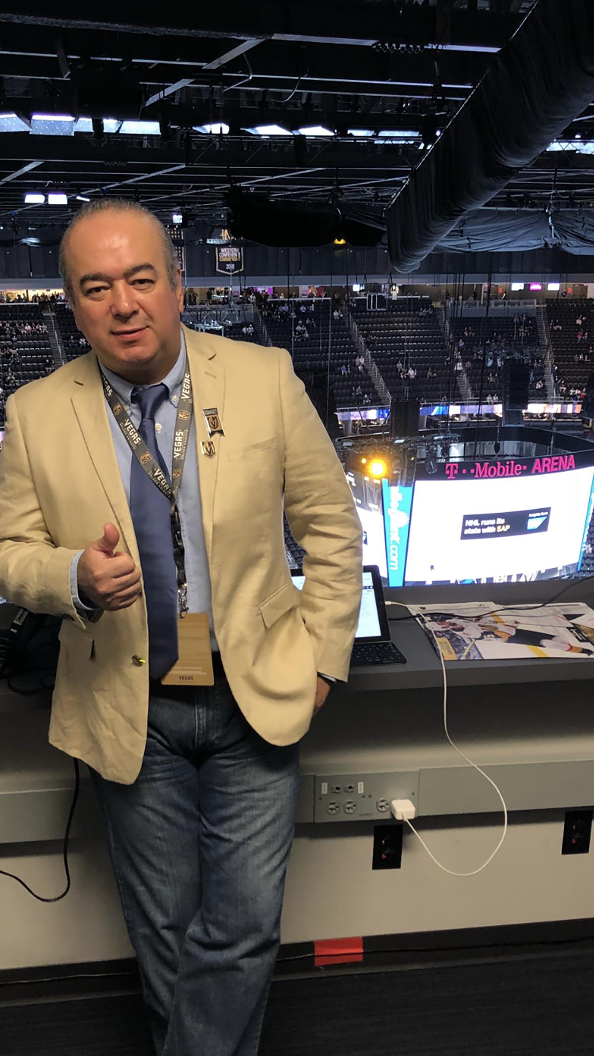 Jesús López es el encargado de narrar en español los partidos como local de Vegas Golden Knights a través de ESPN Deportes 1460 AM. [ Foto Cortesía ]