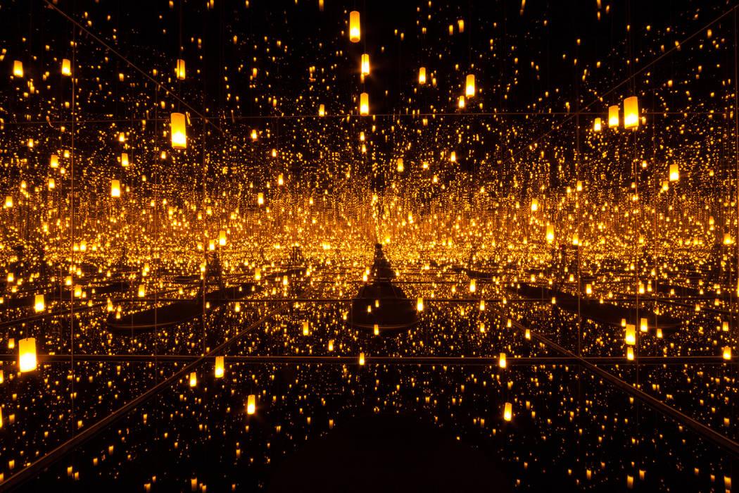 """""""Aftermath of Obliteration of Eternity"""" de Yayoi Kusama, en 2009 Instalación de madera, espejo, plástico, acrílico, LED y aluminio (Ota Fine Arts, Tokio / Singapur / Shanghai y Victoria Miro, L ..."""